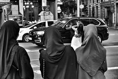image (Luis Iturmendi) Tags: street city wedding people blackandwhite bw blancoynegro monochrome monocromo calle gente muslim boda hijab streetphotography ciudad musulmanas