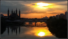 Se pone el Sol y el Ebro guarda silencio (Fernando Fornis Gracia) Tags: espaa aragn zaragoza elpilar elebro roebro ebro puestadesol paisajeurbano contraluz paisaje sunset landscape