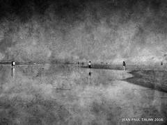 Les refugis de l t (JEAN PAUL TALIMI) Tags: ete talimi texture noiretblanc biscarrosse vague sable aquitaine mer monochrome sudouest silouettes marche touristes landes lumieres eau d