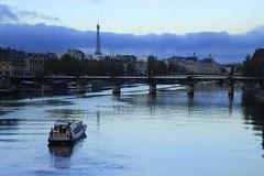 L'heure bleue sur la Seine_3830 (Prof Ryall) Tags: lheurebleue bluehour seine boat bateau toureiffel eiffeltower pontdesarts paris france