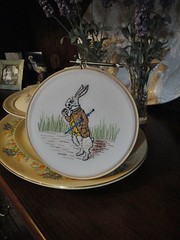 Bordado Coelho Alice (Feltro em Casa by Mal) Tags: embroidered whiterabbit bordado coelhoalice