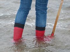 P1160513 (willi2qwert) Tags: rubberboots rainboots regenstiefel gummistiefel gumboots girl wellies wellingtons wasser women wet water wave watt strand soaked nass