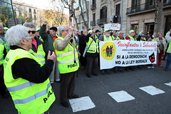 "BARCELONA, DEMONSTRATION AGAINST ""LEY MORDAZA"", 2014 (Manel Armengol C.) Tags: gaglaw leymordaza barcelona demonstration manifestation social freedom defiance iaioflautas grandparents grandfathersprotest catalonia spain manifestación recortederechosciudadanosypoliticos leyretrograda sabadell iaioflautasdesabadell pancarta"
