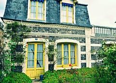 Le Pavillon jaune (Corinne Lejeune Girot) Tags: maison house jaune yellow outdoor volet jardin gardin