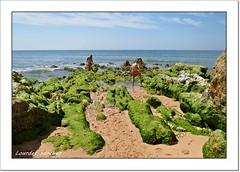 Buscando entre las rocas (Lourdes S.C.) Tags: rocas playa personas cielo oceano oceanoatlntico elalgarve portugal
