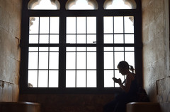 nella luce (Il cantore) Tags: finestra window archi arches rettangolo rectangle persona people donna woman profilo profile silhouette controluce backlit legge reading