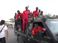 Kenia. Loyangalani. El equipo de fútbol local regresa de ganar en North Horr (escandio) Tags: kenia 2014 loyangalani viajealturkana