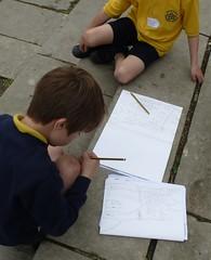 Kinder malen die Kathedrale von Winchester (Swassermatrose) Tags: england art church cathedral kunst kathedrale kirche hampshire kinder winchester malen zeichnung 2016 zeichnen