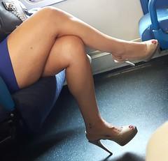 Le gambe delle donne sono dei compassi che misurano il globo terrestre in tutte le direzioni, donandogli il suo equilibrio e la sua armonia. (Bertrand Morane) (Aellevì) Tags: aellevì treno train tacchi decoltè tattoo tatuaggio ancora compass minigonna smalto gambe gambeaccavallate caviglia gambeallaria viaggio pendolare neo
