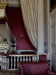 Imperial room (Nicolas) Tags: versailles france monument patrimoine muse museum nicolasthomas chambre room bed lit rideaux curtains visit visite tourism tourisme interior indoor intrieur dcoration palace palais baldaquin desatured dsatur gold dor dorure decorum decor