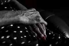 August 15, 2016 (Zero in Condotta) Tags: hands mani anziano old smalto rosso red black white wrinkles rughe delicatezza