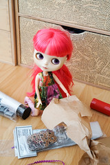 332/366 unwrapping (omgdolls) Tags: blythedoll blythe blythe365 adelaideskye dollypunk21 pureneemobody pink