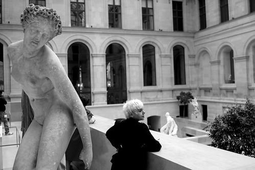 Femme à la statue - Le L..... - Paris