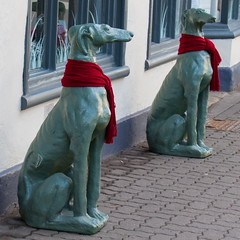 Cirencester Hounds (Bruce Poole) Tags: uk red england primavera rose canon rouge march spring statues cotswolds gloucestershire scarves rosso printemps cirencester hounds redscarf springen 2015 otherkeywords brucepoole