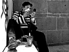 Maquillando Sonrisas. (J-MoOz) Tags: blackandwhite art blancoynegro work canon mexico photography eos rebel photo trabajo foto arte mimo streetphoto urbano fotografia puebla job mime fotografo t3i fotografiaurbana