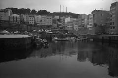 Malpica, A Coruña (fcuencadiaz) Tags: galicia analogica acoruña malpica fotografiaargentica pueblosespaña ilfordpanfplus byw puertos barcas leica