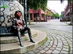 20100522-8245 (sulamith.sallmann) Tags: art berlin bildendekunst deutschland europa figur figuren friedrichshainkreuzberg germany kreuzberg kunst kunstimffentlichenraum kunstwerk mensch menschen people person personen punk punks streetart deu sulamithsallmann
