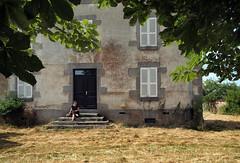 L'arrive  Jzabel, Creuse, juillet 2016 (Stphane Bily) Tags: stphanebily creuse ja jeunefille maison house marronnier portrait retrato