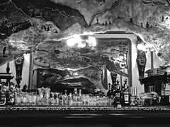Reflexion au bar de la Loge ! (Patevy Damant) Tags: arts atmosphere bw bar beauxarts interieur mirroir monochrome nb olympus payscatalan pyreneesorientales restaurant