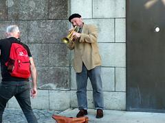 Trompeter / trumpeter (52er Bild) Tags: portugal porto streetmusic music street people fujifilm city urban x10 udosteinkamp sdoporto kathedrale trompeter trompete strasenmusiker stadt altstadt trumpet artist musician mann besucher tourist touristen mauer wall farbe door spende donation