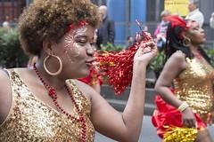 Tropical Mama (Jean Ka) Tags: france paris carnavaltropical 2016 parade umzug celebration street rue costume folklore verkleidung disguise femme frau rougeetor rotundgold redandgold earring ohrring boucledoreille dfil fte strase dguisement lcheln