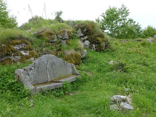 Kamienna ławka przy ruinach zamku Karpień