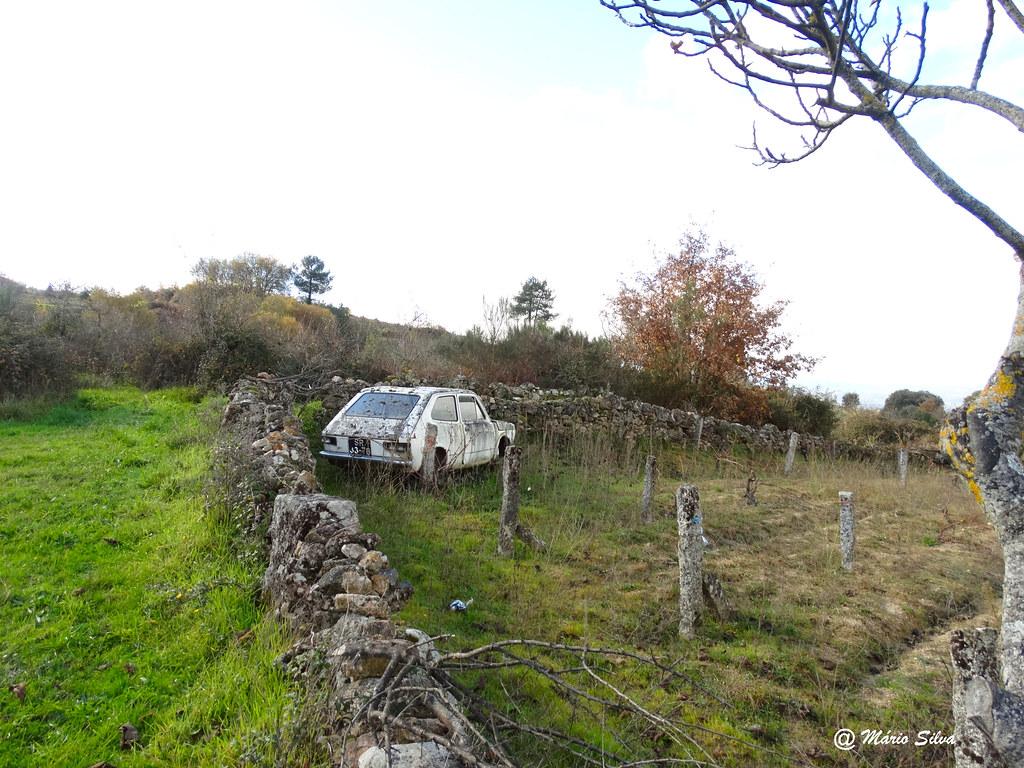 """Águas Frias (Chaves) - o Fiat 127 """"devidamente"""" estacionado ... e diz ele: """"daqui não saio"""" ...."""