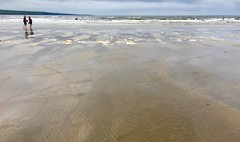 Low Tide Walkers (David Abresparr) Tags: beach strand strandpromenad walk walkers promenade lowtide lågvatten ireland lahinch lehinch