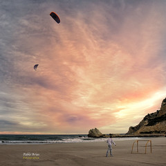 (354/16) Volando cometas (Pablo Arias) Tags: pabloarias photoshop nxd cielo nubes texturas cometas playa arena mar agua mediterrneo cala finestrat alicante comunidadvalenciana