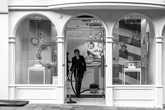 Henry's Helper (Silver Machine) Tags: winchester hampshire streetphotography street candid vacuumcleaner cleaner henry girl shop shopwindow pandora blackwhite bw mono monochrome fujifilm fujifilmxt10 fujinonxf35mmf2rwr