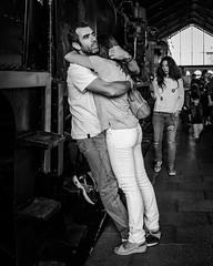_DSF3067 (Antonio Balsera) Tags: bw bn mercadodemotores abrazo gente pareja madrid comunidaddemadrid espaa es