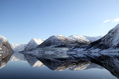 Kjsnesfjorden i Jlstravatn -|- Lake reflection (erlingsi) Tags: travel schnee winter lake snow mountains reflection weather norway landscape vinter adventure reflet oc paysage spiegelung fjell reflejos sne cracking ec speil eo sogn noreg sunnfjord erlingsivertsen spegel spegling speiling jlstravatnet kjsnesfjorden snv