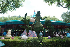 Magic Kingdom - Disney World Orlando - Fantasyland - Mad Hatter's Tea Party (jrozwado) Tags: usa topiary florida northamerica teapot waltdisneyworld madhatter magickingdom teaparty fantasyland aliceinwonderland