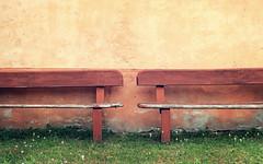 vicini ma distanti (Rino Alessandrini) Tags: muro panchine prato orizzontale verde seduta geometria ripetizione due legno wall benches green horizontal lawn seat geometry repetition two wooden