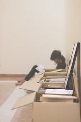 Un nuevo comienzo (Ines L. Pisano) Tags: boxes moving reading read books leer