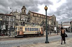 Tranva en Oporto... (Leo ) Tags: road winter sky portugal clouds calle tram porto cielo nubes invierno oporto tranva carroelctrico