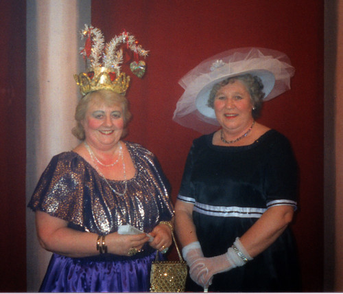 1998 Tom the Pipers Son 05 (from left Margaret Fielding, Rita Hampton)