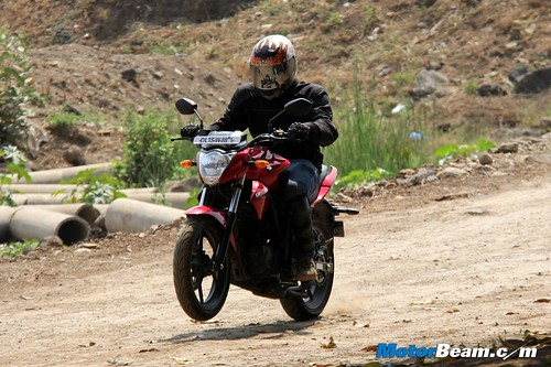 Hero-Xtreme-Sports-vs-Suzuki-Gixxer-09