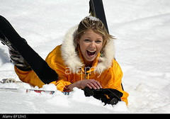junge-frau-in-gelbem-skianzug-mit-ski-liegt-im-schnee-winterulaub-EF1JWJ (onesieworld) Tags: sexy girl fashion shiny retro 80s onepiece nylon 90s catsuit snowsuit onesie skibunny skisuit