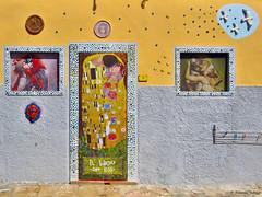 Il bacio a Porto Ferraio (scardeoni_fabrizio) Tags: elba finestra porta bacio portoferraio pittura muralea