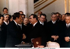 NA013196 (ngao5) Tags: people male history war european many president group american soviet prominentpersons government leader russian premier groupofpeople coldwar richardnixon diplomacy northamerican headofstate leonidbrezhnev governmentofficial politicalleader largegroupofpeople caucasianethnicity easterneuropeandescent easterneuropeanculture