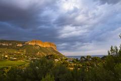 Ciel orageux (Philis.Nat) Tags: provence cassis village cap canaille falaise ciel nuage orage soleil mer mditrrane pin vgtation