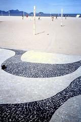2003-03-25 Rio de Janeiro 09 (MicdeF) Tags: brasile brazil copacabana dia diapositiva marciapiede pavimento riodejaneiro scan scansione slide geo:lat=2297052417 geo:lon=4318150520 geotagged