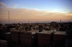 gypten 1999 (235) Luxor (Rdiger Stehn) Tags: afrika gypten egypt nordafrika 1999 winter urlaub dia analogfilm scan slide 1990er 1990s obergypten sdgypten aad diapositivfilm analog kbfilm kleinbild canoscan8800f canoneos500n 35mm luxor misr  stadt architektur