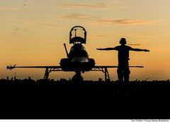 F-5EM (sunset) (Força Aérea Brasileira - Página Oficial) Tags: pordosol people men brasil aircraft silhouettes silhueta mecanico aviacao forçaaéreabrasileira míssil brazilianairforce canon5dmarkii fotoeniltonkirchhof cruzexflight2013 131112eniceniltonkirchhof bantbaseaereadenatal