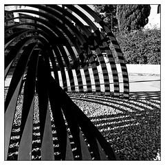 Des courbes et des ombres (Pascal.M (bong.13)) Tags: avignon art graphisme graphique noiretblanc blackandwhite vaucluse sonyrx100 street soleil ombre lignes france provence