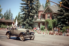 3e-171 (ndpa / s. lundeen, archivist) Tags: street summer people color building film car 35mm centennial automobile mainstreet colorado nick crowd july parade intersection stoplight aspen spectators july4th 4thofjuly 1980 1980s festivities 100thbirthday onlookers dewolf 3e historicbuilding 4thofjulyparade aspenstreet nickdewolf sardyhouse photographbynickdewolf 18801980 reel3e aspencentennial