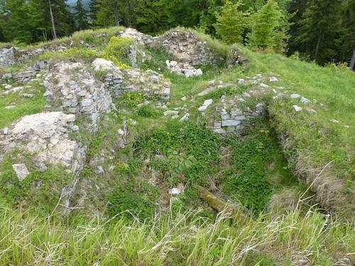 Zarys fundamentów zamku górnego w zamku Karpień niedaleko Lądka-Zdrój