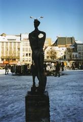 BRUSSELS 1998 (streamer020nl) Tags: schnee winter brussels snow film statue analog place belgium belgique market sneeuw belgi bruxelles 1998 neige brussel fleamarket march standbeeld beeld jeu belgien vossenplein balle rommelmarkt puces llh louiselh