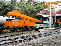 Crane being repainted, Thonburi 19-2-15 (Barang Shkoot) Tags: thailand asia diesel crane bangkok railway boom steam thai jib gauge narrow noi metre thonburi
